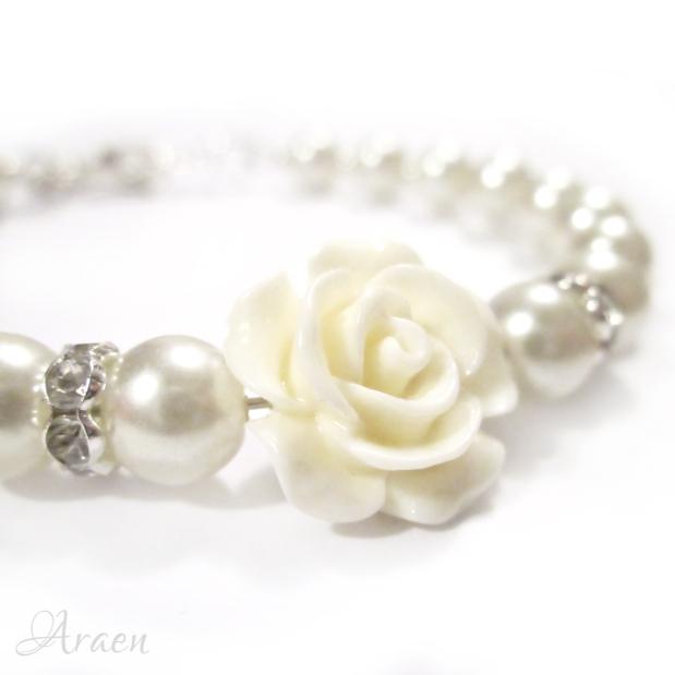 Romantikus fehér teklagyöngy karkötő rózsával – Pearls and rose bridesmaidbracelet
